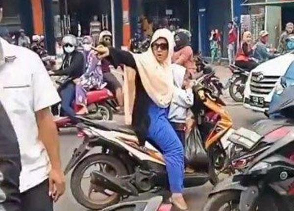 Terbaru! Emak Emak Nekat Lawan Arah Sambil Bonceng Anak di Citeureup