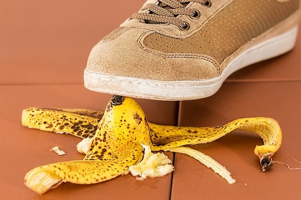 Cara Darurat Menghitamkan Sepatu Biar Kinclong Kembali