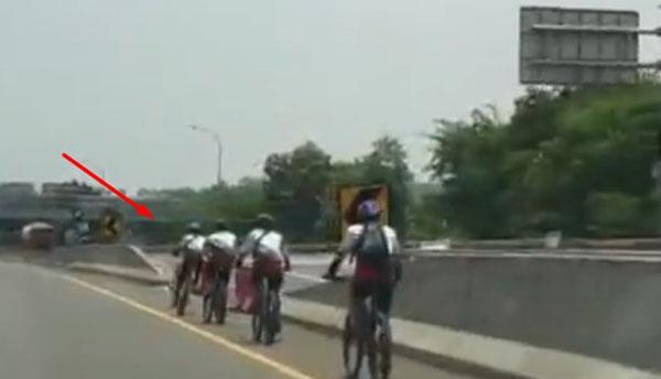Viral 7 Pesepeda Terobos Jalan Bebas Hambatan